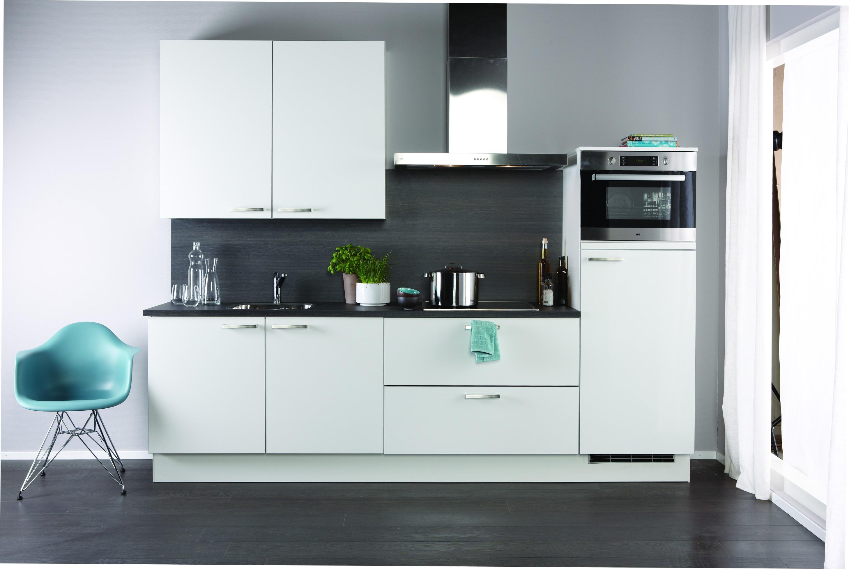 Witte keuken voor een frisse en ruimtelijke uitstraling for Keuken zelf ontwerpen